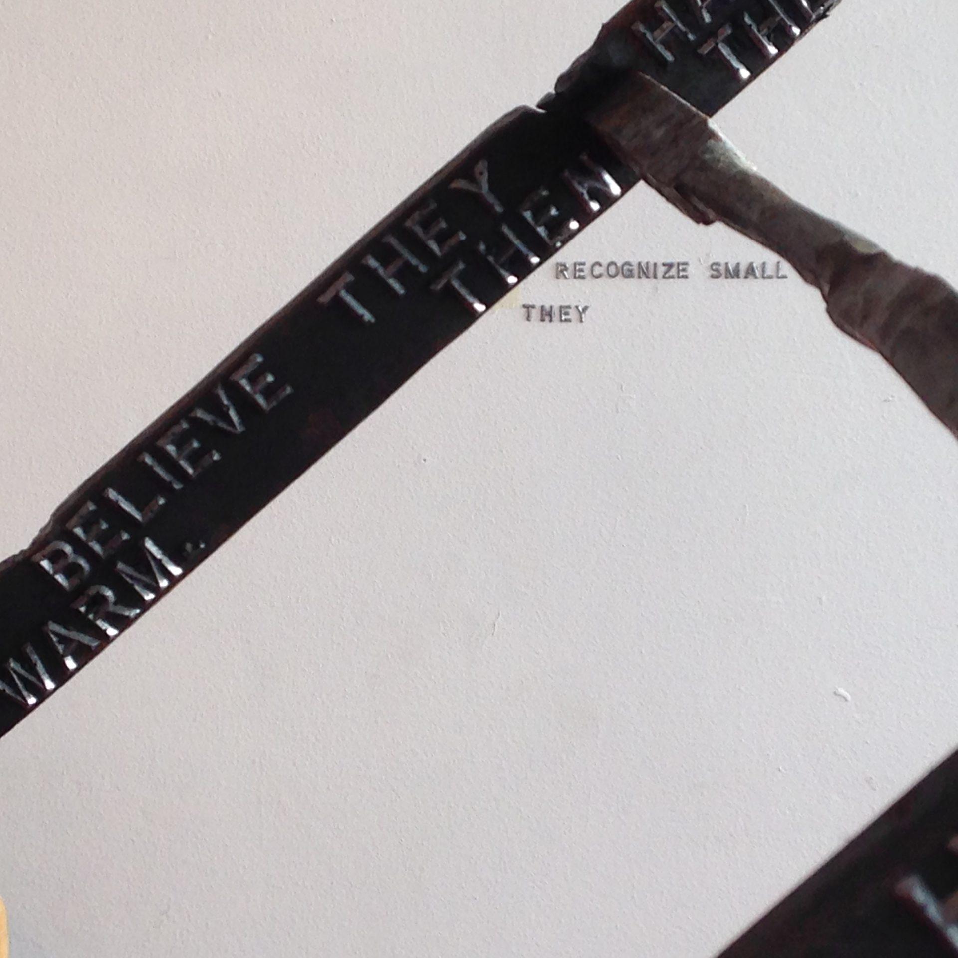 Poesistege, text, gjutjärnsbokstav